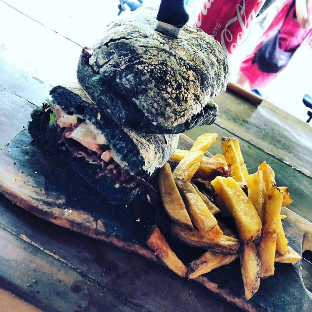 Lækker burger på Mowies - Gili Air