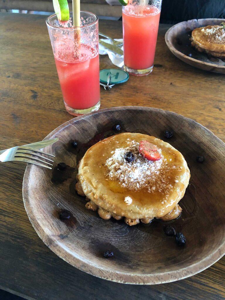 Pandekager og vandmelon juice til morgenmad